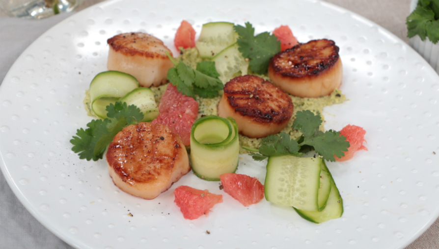 Scallops with edamame hummus and grapefruit salad
